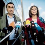 Grünen-Politiker Cem Özdemir und Katrin Göring-Eckardt. Die Grünen-Basis könnte dem unbedingten Willen der Parteispitze, zu regieren, eine Absage erteilen. (Bild: Michael Kappeler/Keystone (Berlin, 17. November 2017))