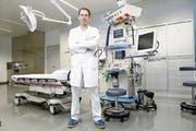 Adrian Walder, Leiter des Notfallzentrums des Zuger Kantonsspitals, im Schockraum. (Bild: Werner Schelbert (ZZ))