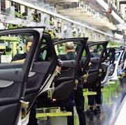 Eine Produktionsstrasse von Mercedes-Benz in der Fabrik in Bremen. (Bild: Alexander Koerner/Getty)