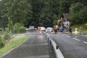 Im Gebiet Otten zwischen Seewen und Lauerz rutschte ein Baum auf die Strasse. (Bild: Geri Holdener)
