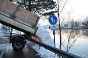 Ein Lastwagen kippt an einer der drei dafür vorgesehenen Stellen Schnee aus dem Schwyzer Dorfkern in den Lauerzersee. (Bild: Bert Schnüriger / Neue SZ)