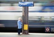 Gerade ältere Mitmenschen bleiben aufgrund der knapp bemessenen Umsteigezeiten oft an den Schweizer Bahnhöfen hängen. (Bild: Keystone/Martin Ruetschi)