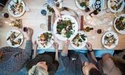 Gemeinsames Essen ist auch ein Gegenprogramm zur zunehmenden Entsinnlichung der Welt, in der wir leben. (Bild: Getty)