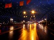 Die Weihnachtsbeleuchtung auf der Seebrücke in der Stadt Luzern. (Bild: Leserbild Walter Buholzer (Luzern, 25. November 2017))
