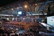 3107 Aktionärinnen und Aktionäre waren zur GV der Zuger Kantonalbank in der Bossard-Arena gekommen. (Bild: Maria Schmid (Zug, 29. April 2017))