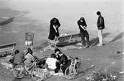 Szene aus dem Zürcher Drogenelend: Junkies spritzen sich auf dem Platzspitz Heroin. (Bild: Keystone (Zürich, Juni 1990))