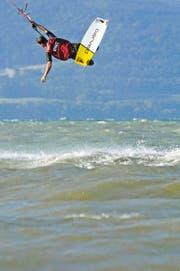 Geht es nach der Luzerner Regierung soll Kitesurfen im Kanton Luzern nur eingeschränkt möglich sein. (Bild: Keystone/Mani Mürner)