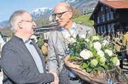 Gaben sich am 10. April die Hand: der neue Gemeindepräsident Peter Rohrer (rechts) und Anton Amrhein, Vorsteher Finanzen und Wirtschaft. (Bild Marion Wannemacher)