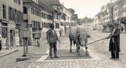 Im Städtli Sempach wird 1942 ein Muni gewogen. (Bild Kaspar Faden)