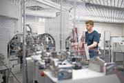 Maschinentester bei der Arbeit: ein Blick in das Innere des Dierikoner Unternehmens Komax. (Bild: Corinne Glanzmann (26. Januar 2017))