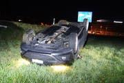Das korrekt entgegenkommende Fahrzeug fuhr eine Böschung hinunter und landete auf dem Dach. (Bild: Zuger Polizei)