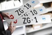 Das Zuger Strassenverkehrsamt versteigert tiefe Nummernschildern. (Bild: Stefan Kaiser (Zug, 12. Februar 2018))