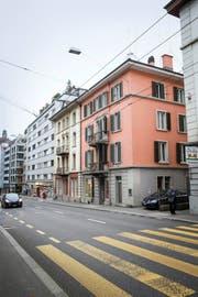 Das Hostel Lion Lodge will die beiden Häuser an der Zürichstrasse (Bildmitte) abreissen und durch einen Neubau ersetzen. Bild: Manuela Jans-Koch (Luzern, 25. November 2016)