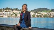 Christa Niederberger am Inseli; Hotels wie jene im Hintergrund waren Thema ihrer Arbeit. (Bild: Roger Grütter (Luzern, 21. September 2017))