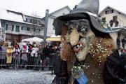 Eine der vielen Masken am Umzug in Steinhausen. (Bild Werner Schelbert/Neue ZZ)