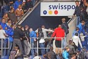 Aufruhr im Sektor D1, nachdem Zürcher Anhänger über den Zaun gestiegen sind und auf einen Luzerner eingeprügelt haben. (Bild: Philipp Schmidli)