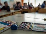 Lehrerinnen und Lehrer sollen den Lohn erhalten, der den Anforderungen ihres Berufes entspricht. Das verlangt der Dachverband Lehrerinnen und Lehrer Schweiz. (Bild: Keystone/PETER SCHNEIDER)