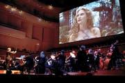 Orchester im «Wonderland»: Ludwig Wicki dirigiert zu Tim Burtons Film. (Bild Manuela Jans)