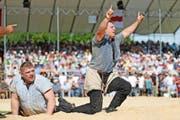 Erich Fankhauser aus Hasle (rechts) triumphiert im Schlussgang gegen den Roggliswiler Philipp Scheidegger. (Bild Philipp Schmidli)