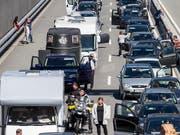 Geduld ist gefragt: Reisende in Richtung Süden stehen vor dem Gotthardtunnel im Stau. (Bild: KEYSTONE/ALEXANDRA WEY)