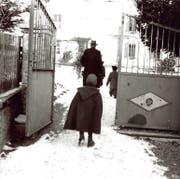 Auch Kinder von Fahrenden, vor allem Jenischen, wurden von den Behörden ihrer Familien entzogen. Im Bild zu sehen sind «Kinder der Landstrasse» auf einer Aufnahme von Hans Staub aus dem Jahre 1953. (Bild: Keystone/Fotostiftung Schweiz/Hans Staub)