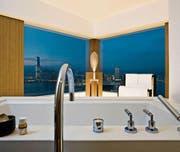 Blick aus einem Zimmer des «Upper House» auf Hongkong. Das Fünfsternehotel gehört laut «Bilanz»-Ranking zu den drei weltbesten Stadthotels. (Bild: PD)