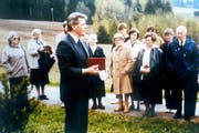 Pfarrer Egon Schmitt (ganz rechts) mit Besuchern aus Bocholt bei der Einweihung des Kreuzes im Mai 1984. Pfarrer Heinrich Westhoff hält die Ansprache. (Bild: PD/Pfarrei St. Georg, Bocholt)