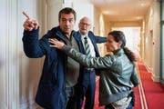 Reto Flückiger (Stefan Gubser, links) muss von seiner Kollegin Liz Ritschard (Delia Mayer) und von Regierungsrat Mattman (Jean-Pierre Cornu) zurückgehalten werden. (Bild: SRF / Daniel Winkler)