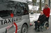 Der ehemalige Krankenpfleger Lutz Agner hilft Georg Himmelreich in sein Fahrzeug, mit dem er einen Fahrdienst anbietet. (Bild Marion Wannemacher/Neue OZ)