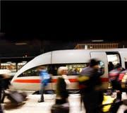 Rund 5,5 Millionen Kunden befördert die Deutsche Bahn am Tag. Im Fokus von El Kaida stehen Schnellzüge wie der ICE im Bild. (Bild: AP/Mario Vedder)