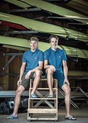 Andri Struzina (links) und Matthias Fernandez im Bootshaus des Stützpunkts in Sarnen. (Bild: Pius Amrein (13. Juli 2017))