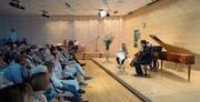 Esther Hoppe spielt Geige, Ronald Brautigam sitzt am Hammerflügel, und Christian Poltéra entlockt dem Cello die Klänge. (Bild: Maria Schmid (Zug, 23. Juli 2017))
