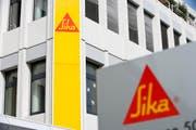Logos am Hauptsitz von Sika in Baar. (Bild: Gaetan Bally/Keystone)