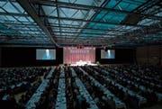 Eine volle Waldmannhalle am Montagabend in Baar bei der Generalversammlung der Raiffeisen Zug-Baar. (Bild: Maria Schmid (19. März 2018))