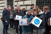 Initianten reichen ihr Begehren «Für eine hohe Bildungsqualität im Kanton Luzern» ein. (Bild: Dominik Wunderli (Luzern, 14. November 2016))