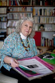 Margrit Peter (70) durchstöbert in ihrem Wohnzimmer alte Theaterplakate. (Bild Pius Amrein)