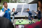 Valentin Rast erklärt den Schülern, wie die Solaranlage funktioniert. (Bild Corinne Glanzmann)