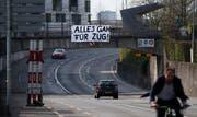 Ein beschwörendes Transparent an der alten Eisenbahnbrücke über die General-Guisan-Strasse. (Bild: Stefan Kaiser/ZZ, 6. April, Zug)