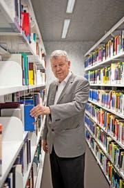 Philosoph Rafael Ferber, hier in der Bibliothek der Universität Luzern, doziert hier seit der Gründung der Uni im Jahr 2000. (Bild Dominik Wunderli)