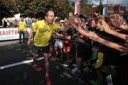 Viktor Röthlin feuert Schüler vor dem Startschuss an. (Bild: Roger Zbinden / Neue LZ)