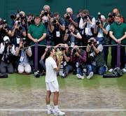 Holt 2017 zwei der vier Grand-Slam-Pokale: Roger Federer in Wimbledon (links) und beim Australian Open in Melbourne (rechts). (Bilder: John Walton und Lukas Coch/EPA)