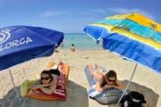 Diese Frauen geniessen ihre Sommerferien auf Mallorca - wohin zieht es Sie im Sommer? (Bild: Keystone Archiv / Joerg Koch)