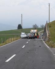 An den drei am Unfall beteiligten Autos entstanden Totalschaden. (Bild: Kantonspolizei Obwalden)