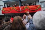 Die Orangenschlacht der Zunft zum Dünkelweiher. (Bild Boris Bürgisser/Neue LZ)