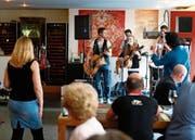 Die Acoustic Horse Riders – hier beim Auftritt im «Im Hof» – war einer der Live-Acts am Primavera-Festival in Zug. (Bild: Stefan Kaiser (31. März 2017))