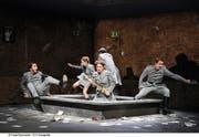 Im Sandkasten schlagen sogar die Sittenwächter über die Stränge (in der Mitte Madelaine Wibom als Lady Billows). (Bild: Luzerner Theater/Tanja Dorendorf)