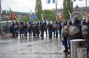 Polizeiaufgebot am 2. Mai bei der Demonstration gegen Kapitalismus beim Schwanenplatz in der Stadt Luzern. (Bild Thomas Heer)