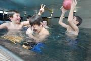 Solche Badefreuden sind erst wieder Ende Monat im Hallenbad Krauer möglich. (Bild: Neue LZ / Archiv)