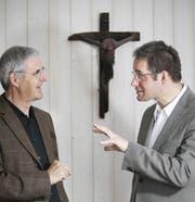 Diskutierten am Montag angeregt über Kruzifixe: Alt-Bundesgerichtspräsident Giusep Nay (links) und Michael Felder, Professor für Pastoraltheologie. (Bild: Manuela Jans/Neue LZ)