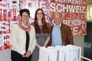 Am 29. April überbrachten Rita Baggenstos (links) und Herbert Trudel (beide im Verwaltungsrat der Luftseilbahn Kräbel - Rigi Scheidegg AG) die erforderlichen Unterlagen in 21-facher Ausführung an Jessica Koller vom Bundesamt für Verkehr. (Bild: PD)